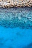 Vista de rocas y del agua desde arriba Imagen de archivo libre de regalías