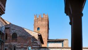 Vista de ROM Basilica di San Zeno de la torre de la abadía Fotos de archivo libres de regalías