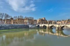 Vista de Roma con el puente Fotos de archivo libres de regalías