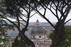 Vista de Roma de una colina. Foto de archivo libre de regalías