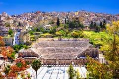 Vista de Roman Theater e da cidade de Amman, Jord?nia foto de stock