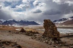 Vista de ruínas da parede no Altiplano, Bolívia imagens de stock