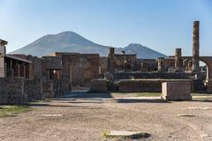 Vista de ruínas de Pompeii com o Monte Vesúvio no fundo imagem de stock royalty free