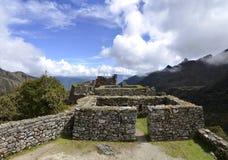 Vista de ruinas con los Andes en el rastro del inca Fotos de archivo libres de regalías