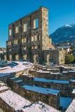Vista de ruinas romanas antiguas en la ciudad de Aosta, Italia foto de archivo libre de regalías