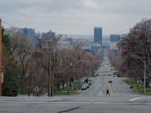 Vista de Salt Lake City céntrico que mira abajo de 100 del sur de la universidad de Utah del oeste hacia la ciudad en la primaver fotografía de archivo libre de regalías