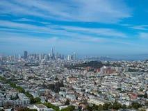 Vista de San Francisco y del puente de la bahía de la distancia fotografía de archivo libre de regalías
