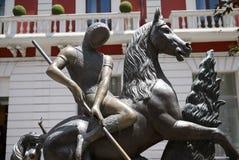 Vista de San Jorge y del dragón imagenes de archivo