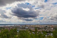 Vista de Saratov de una plataforma de observación Fotos de archivo libres de regalías