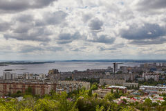 Vista de Saratov e da ponte através de Volga Imagens de Stock Royalty Free