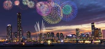 Vista de Seoul e de fogo de artifício fotos de stock