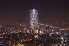 Vista de Seul y del fuego artificial Imagen de archivo