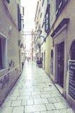 Vista de Sibenik que é popular com suas ruas estreitas mediterrâneas e arquitetura tradicional histórica Sibenik é um europeu Foto de Stock