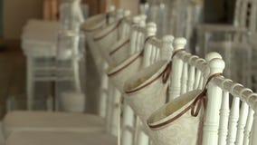 Vista de sillas adornadas en pasillo del banquete metrajes