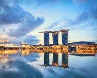 Vista de Singapur central Marina Bay en la salida del sol imagen de archivo libre de regalías