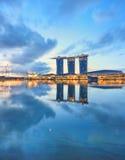 Vista de Singapur central Marina Bay en la salida del sol fotografía de archivo