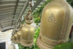 Vista de sinos dourados de uma fileira no templo budista Tailândia, Ásia Foto de Stock