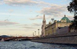 Vista de Sophia Embankment e da ponte de Bolshoy Moskvoretsky de Moscou foto de stock