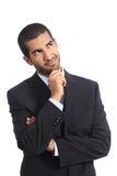 Vista de sorriso de pensamento árabe do homem de negócio lateralmente imagem de stock