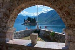 Vista de St George Monastery de nuestra señora de la iglesia de la roca en la bahía de Kotor en Montenegro Foto de archivo