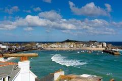 Vista de St Ives Cornwall England com porto, barcos e o céu azul fotografia de stock