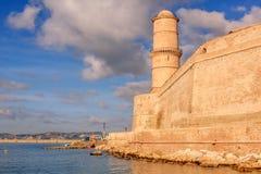 Vista de St. Jean del fuerte en Marsella con el mar Foto de archivo libre de regalías