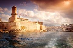Vista de St. Jean y la ciudad del fuerte de Marsella con el mar Imagenes de archivo