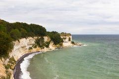 Vista de Stevns Kliff - penhascos de uma pedra calcária em Dinamarca Foto de Stock