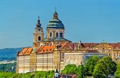 Vista de Stift Melk, una abadía benedictina sobre la ciudad de Melk en Austria Foto de archivo