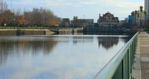 Vista de Stockton, Califórnia pelo lago 4K Mcleod filme