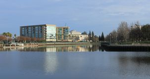 Vista de Stockton, Califórnia perto do lago 4K Mcleod video estoque