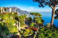 Vista de surpresa da costa de Amalfi vista do jardim de Rufolo da casa de campo, Ravello imagem de stock