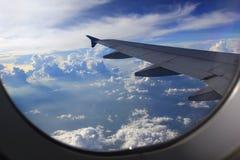 Vista de surpresa da janela do avião, bonita de wi da asa do avião imagem de stock royalty free