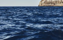 Vista de surpresa do escuro - ondas azuis imagem de stock royalty free