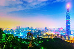Vista de Taipei na noite com os 101 que constrói Fotos de Stock Royalty Free
