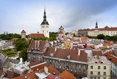 Vista de Tallinn, tejados de casas, de la iglesia de San Nicolás y de Alexander Nevsky Cathedral imágenes de archivo libres de regalías