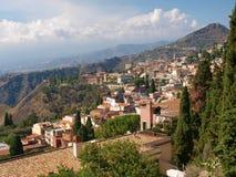 Vista de Taormina do teatro do grego clássico Imagens de Stock