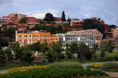 Vista de Tbilisi del puente de la paz Fotografía de archivo