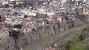 Vista de Tbilisi y de la orilla del río de Mtkvari, dos cabinas que mueven el teleférico metrajes