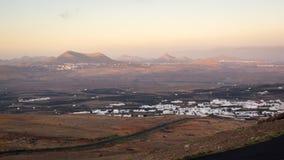 Vista de Teguise do vulcão durante o nascer do sol imagens de stock royalty free