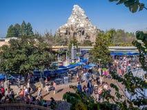 Vista de Tomorrowland en el parque de Disneyland Imágenes de archivo libres de regalías