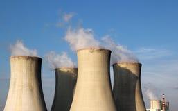 Vista de torres e do céu nucleares da central energética Imagens de Stock Royalty Free
