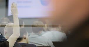 A vista de trás de um grande grupo misturado da afiliação étnica de estudantes em uma sala de aula, escutando como seu professor  filme