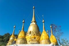 Vista de três pagodes e imagem da Buda em Wat Pilok Temple no parque nacional de Pha Phum da tanga, província de Kanchanaburi, Ta fotografia de stock royalty free