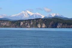 Vista de tri Brata con los volcanes de Avachinsky y de Kozelsky en el fondo foto de archivo libre de regalías