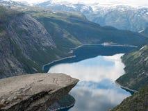 Vista de Trolltunga ao fiorde e à água Noruega Foto de Stock
