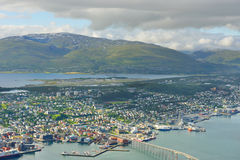 Vista de Tromso contra o fundo do mar norueguês e de montanhas pitorescas noruega Imagens de Stock Royalty Free