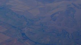 Vista de um avião à terra, à cidade e às nuvens vídeos de arquivo