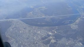 Vista de um avião à terra, à cidade e às nuvens video estoque