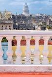 Vista de um balcão em Havana velho com a construção do Capitólio Imagens de Stock